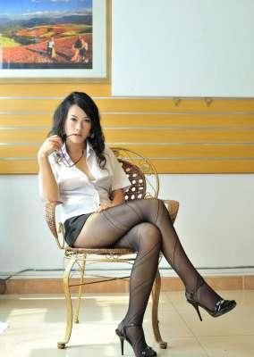 冷艳的表情,完美的身材,黑丝OL装,要慢慢的脱掉才诱惑人