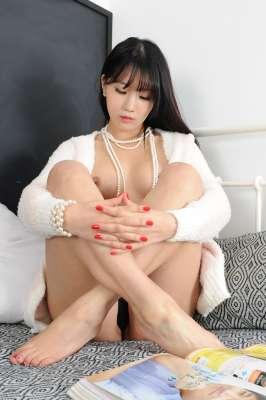 床上的韩国美妞惬意自然