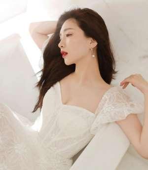 写真上海姑娘江疏影,五官美、皮肤白、细高挑、气质佳,动心没