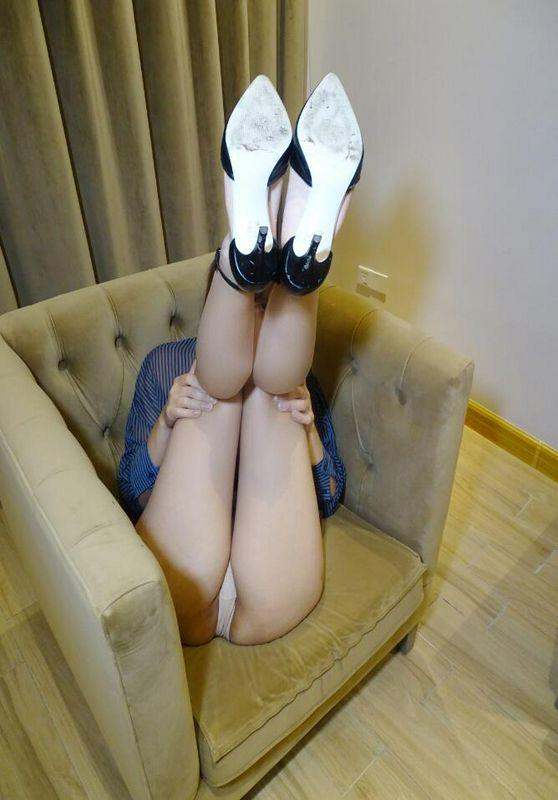 众里寻你千百回,你却在床上露着B和腿!