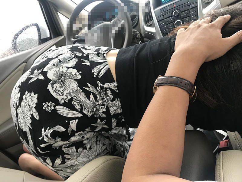 与媳妇车内激情