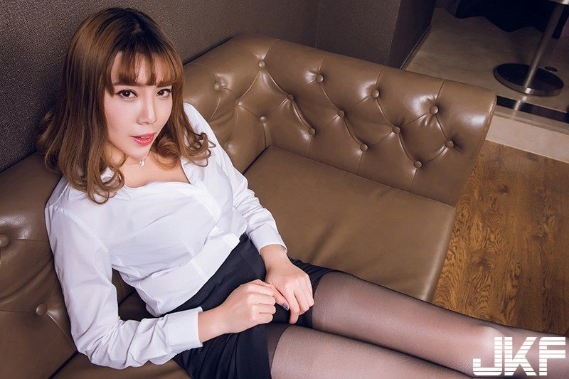 美女李绫绾胶带遮点诱人姿势很销魂